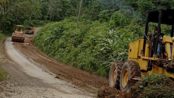 Kontribusi Nyata, PT SMS Timbun Jalan Berlubang di Desa Sumber Agung Kabupaten Tebo