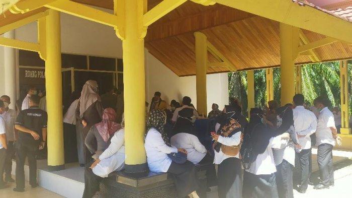 Puluhan ASN Malah Berkerumun & Ada Yang Tidak Pakai Masker Saat Vaksin Serentak di Kabupaten Bungo