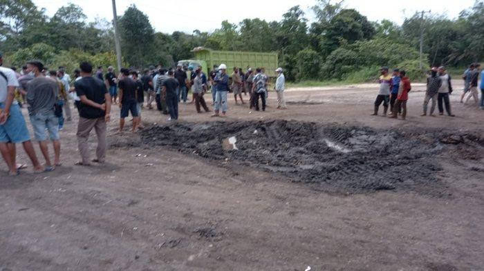 Warga Desa Mengupeh Tebo Protes Jalan Rusak Akibat Truk Pengangkut Batubara