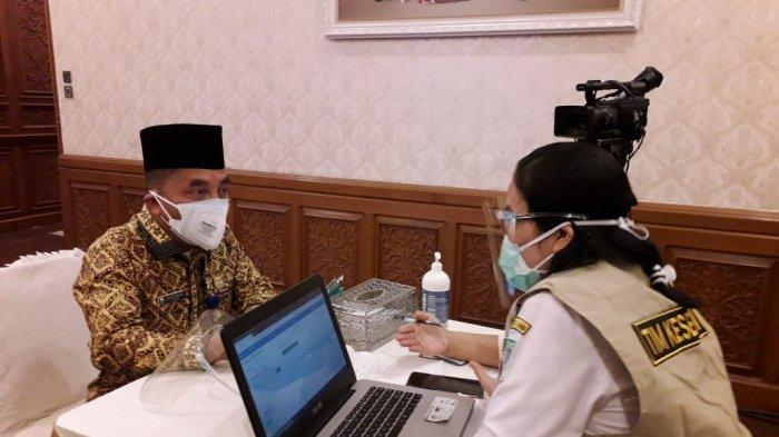 Plt Kadinkes Provinsi Jambi Rafrizal turut menjadi penerima Vaksin covid-19, sedang diperiksa kesehatannya oleh tim medis