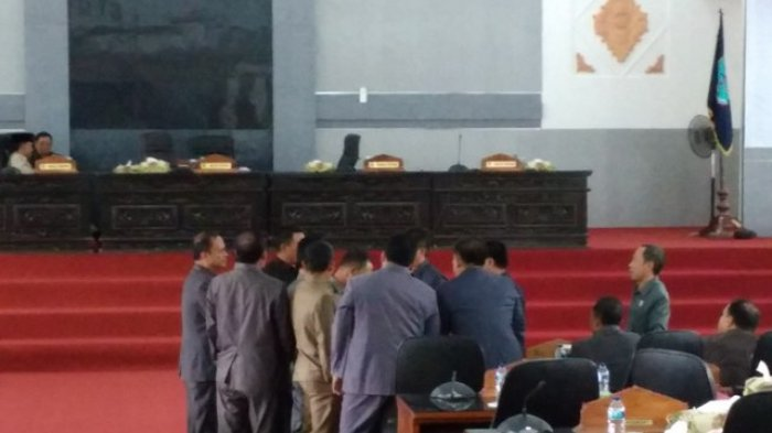 FOTO: Pimpinan Dewan Absen, Paripurna DPRD Merangin Gagal