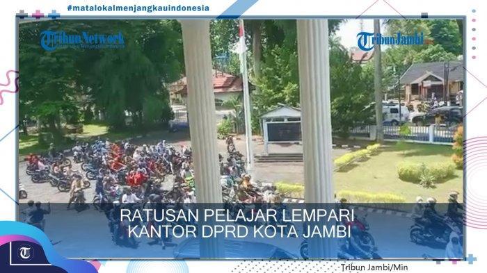 Ratusan pelajar lempari gedung DPRD Kota Jambi.
