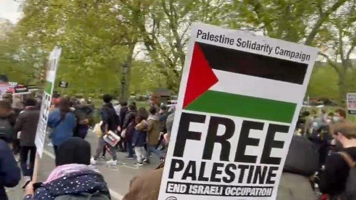 Ratusan ribu warga Kota London menggelar aksi unjuk rasa bela Palestina di depan kantor kedutaan besar Israel di London, Inggris, Sabtu (15/5/2021).