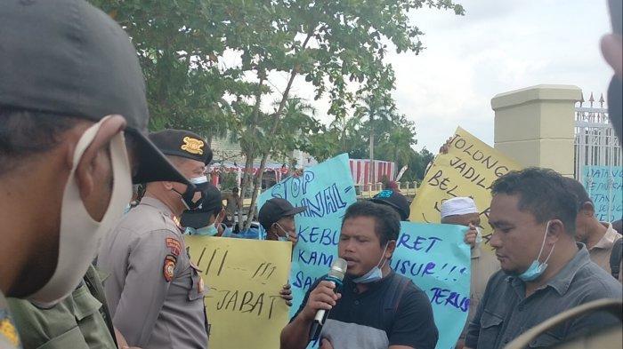 Ratusan Warga Mandiangin Demo di Kantor Bupati Sarolangun, Tuntut Izin PT SAM