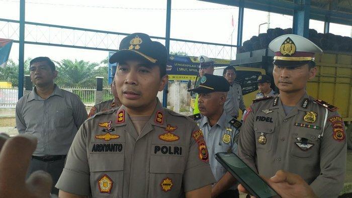 Polres Muarojambi Gotong Royong Bersihkan Lingkungan Antisipasi Virus Corona