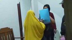 Sedang Bercumbu di Kos-kosan, Wanita Ini Kaget Saat Digerebek Polda Jambi Hingga Sembunyi di Toilet