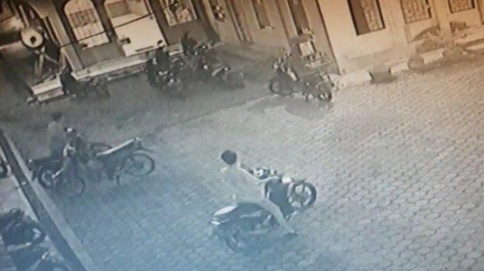 Nyamar Jadi Jamaah Salat Magrib, Dua Pemuda Tak Dikenal di Muarojambi Curi Sepeda Motor di Masjid
