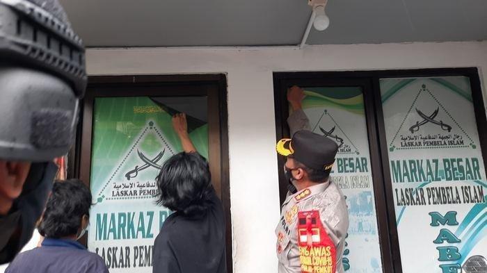 Remaja Petamburan copot atribut FPI di Petamburan, Tanah Abang, Jakarta Pusat, Rabu (30/12/2020)