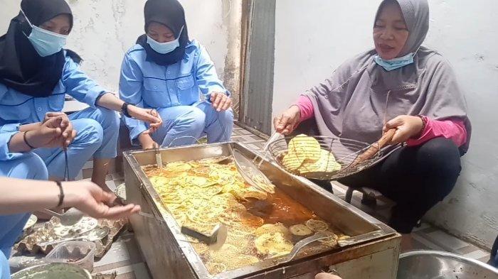 Zaitun sedang melakukan oji coba teknologi tepat guna buatan Ida Maryatni. (Tribunjambi.com /M Yon Rinaldi).