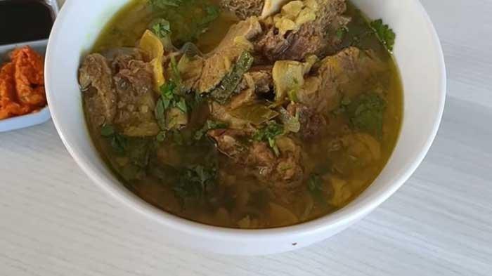 Resep Soto Daging Madura, Biarkan Kaldu Tetap Dimasak di Atas Api Kecil