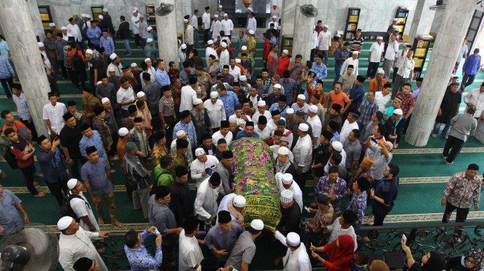 GALERI FOTO:Diantar Ribuan Pelayat Hingga Zumi Zola & Keluarga Menangis di Pemakaman Zulkifli Nurdin