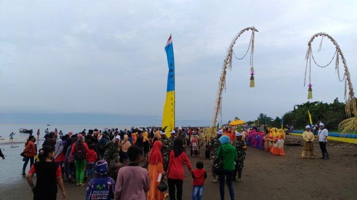 Ribuan Orang Padati Pantai Babussalam Desa Air Hitam Laut, Festival Mandi Safar Dimulai