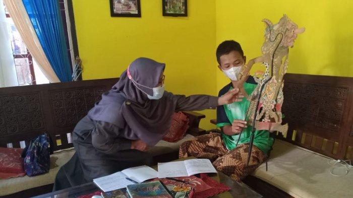 Kisah Rita Suryetni Guru di Sarolangun Kembangkan Minat Anak Didik Menulis