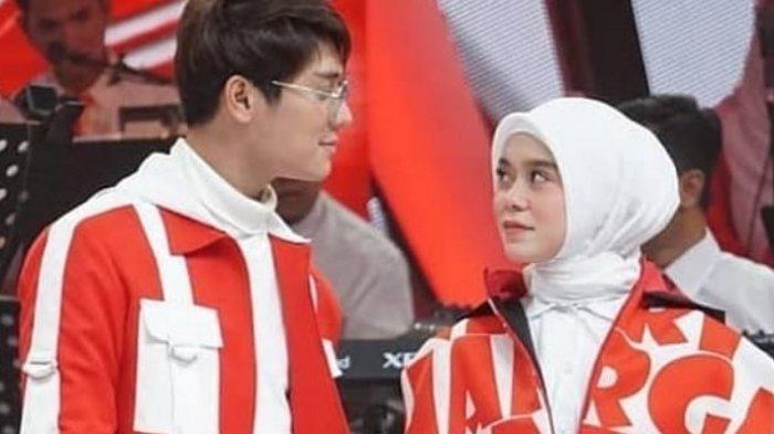 Rizky Billar dan Lesti Kejora saling pandang-pandangan di panggung Indosiar
