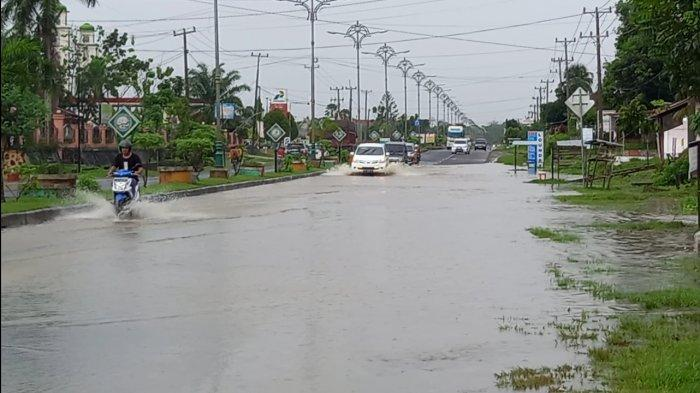 BREAKING NEWS Hujan Lebat, Ruas Jalan Lintas Tebo-Bungo KM 2 Tebo Tengah Terendam Banjir