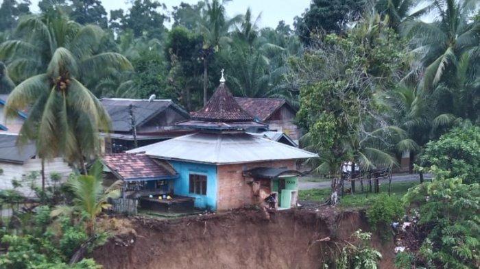 Tempat Ibadah Nyaris Ambruk, Tebing Sungai Batanghari Longsor