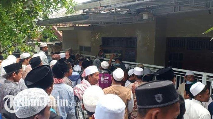 Suasana saat sejumlah massa yang berpakaian putih dan berpeci menggeruduk rumah Ibunda Mahfud MD di Jalan Dirgahayu, Kelurahan Bugih, Kabupaten Pamekasan, Madura, Selasa (1/12/2020).