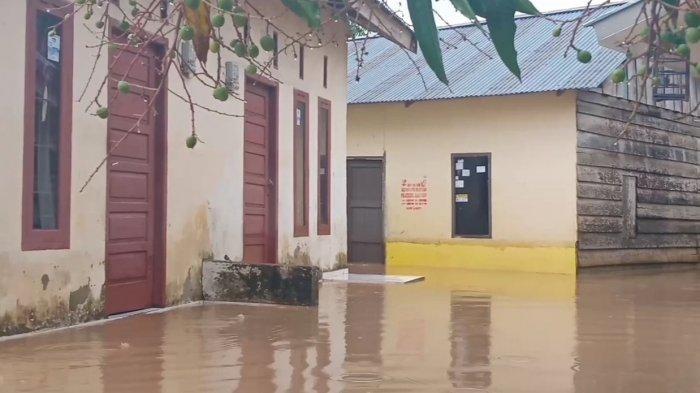 Rumah warga di Jalan Widuri terendam banjir. Hujan Deras Guyur Kota Jambi Dari Sabtu Malam Hingga Minggu Pagi, Beberapa Wilayah Terendam Banjir.