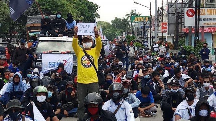 Sedianya mereka akan berunjukrasa ke Senayan untuk menolak disahkannya RUU Omnibus Law, akhirnya mereka hanya bisa berunjukrasa di jalanan