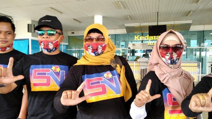Burhanuddin Mahir dan Tim Keluarga Menunggu Kedatangan Safril Nursal di Bandara Sultan Thaha