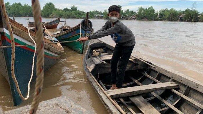 Cerita Bocah Pengemudi Kapal Pompong di Desa Betara Kanan Tanjab Barat Yang Ingin Kembali ke Sekolah