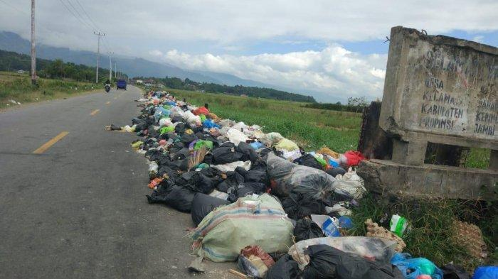Warga Kerinci Keluhkan Sampah Menumpuk di Jalan Nasional Perbatasan Koto Iman dan Tanjung Tanah