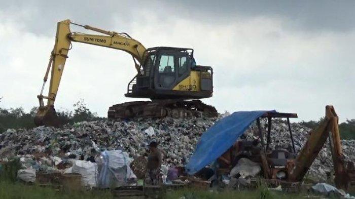 Sampah Menumpuk dan Hampir Menutup Akses Jalan Warga ke Kebun, DLH Tanjabbar Sebut Alat Berat Rusak