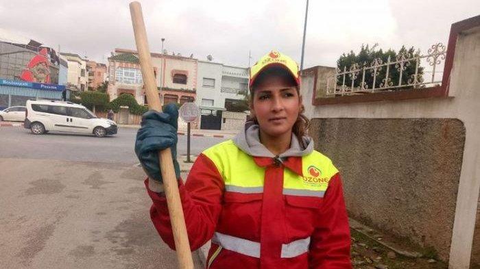 Tukang Sapu Jalanan Cantik, Siapa Sangka Dia Adalah Pemenang Kontes Kecantikan Asal Maroko