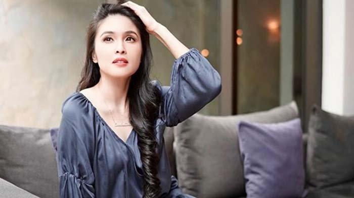 Pose Sandra Dewi Tunjukkan Punggung Mulusnya Tuai Respon Netizen, Inul Daratista Sampai Komentar Ini