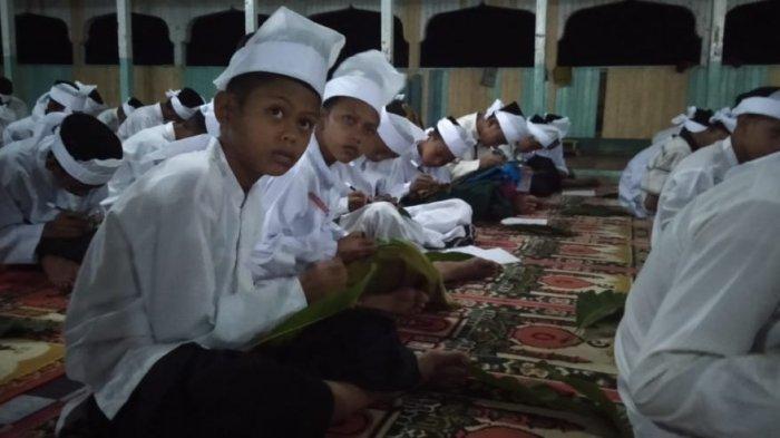 Santri Wali Petu, Menulis Doa di Atas Daun Mangga, Jelang Festival Budaya Mandi Sapar di Tanjabtim