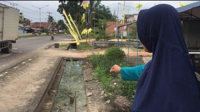 Drainase di Rengas Condong Tersumbat, Timbulkan Bau Tak Sedap, Warung Sarapan Milik Sari Jadi Sepi