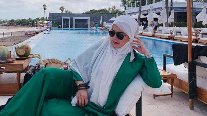 Sarita Abdul Mukti Kepergok Buka Hijab Saat Liburan, Kaos Ketatnya Disorot: Masya Allah Posenya!