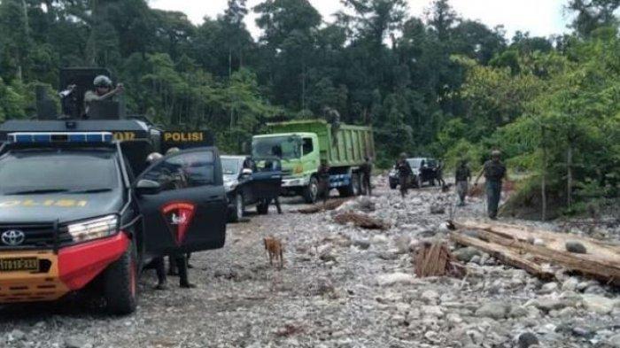 Satgas Nemangkawi di Kali Yegi, Distrik Dekai untuk mencari pekerja PT Indo Papua yang melarikan diri dari KKB, Yahukimo, Papua, Senin (23/8/2021).