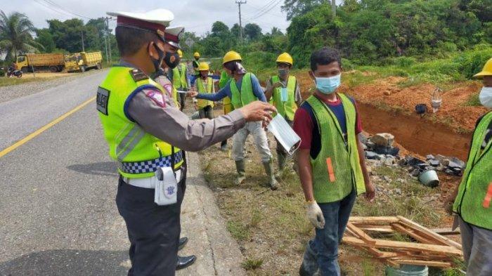 Pekerja di Jalan Lintas Tebo-Bungo Kaget Dapat Bantuan Masker dari Polres Tebo