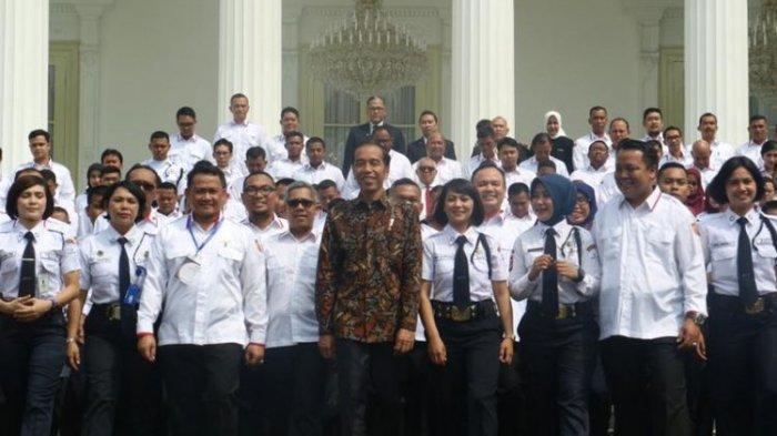 Presiden Joko Widodo saat berfoto bersama satpam seusai Pembukaan Konferensi Jasa Pengamanan Nasional 2018 di Istana Presiden, Jakarta, Rabu (12/12/2018).