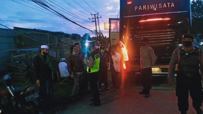 Satu bus pembawa simpatisan FPI diputar balikan di Pertigaan Cikande Asem, Kabupaten Serang.