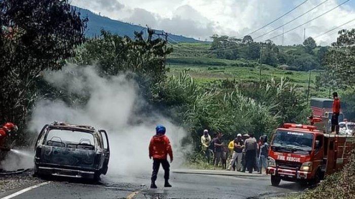 Heboh, Satu Unit Mobil Hangus Terbakar di Jalan Kerinci