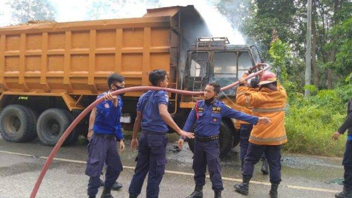 Satu unit mobil truk tronton yang bermuatan tanah untuk dibawa ke arah Bandara Muaro Bungo hangus terbakar, Selasa (25/5/2021) pagi.