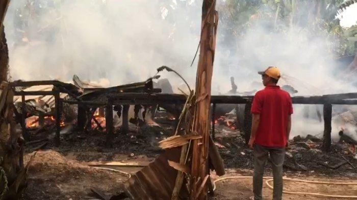Satu unit rumah panggung kayu di RT 08 Dusun Kelari, Desa Muara Jambi, Kecamatan Taman Rajo Kabupaten Muarojambi ludes dilalap si jago merah pada Minggu (01/8/21) sore sekira pukul 17:30 WIB.