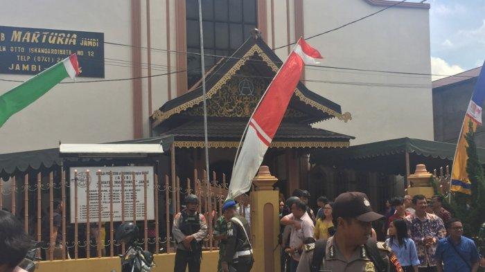 FOTO: TNI dan Polri Berjaga di Depan Gereja di Jambi
