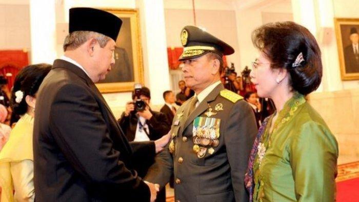 Presiden SBY memberi ucapan selamat usai lantik Jenderal Moeldoko sebagai Panglima TNI pada 30 Agustus 2013.