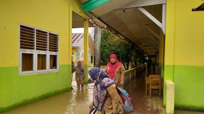 Hujan Deras Semalam, SDN 98 Kota Jambi Terendam Banjir