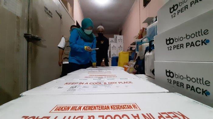 Sebanyak 7.070 vial vaksin sinovac tiba di Provinsi Jambi, Rabu (24/2/2021) malam. Ribuan vial vaksin ini tiba melalui jalur darat sekitar pukul 19.45 WIB dengan dikawal aparat keamanan.