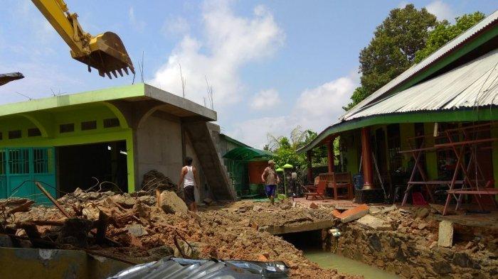BREAKING NEWS Suherna Ikhlas Bangunan di Atas Drainase Dibongkar, Lokasi Sungai Kerjan