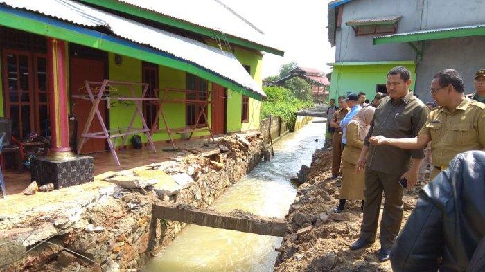 FOTO-FOTO: Pembongkaran Bangunan di Atas Drainase di Sungai Kerjan