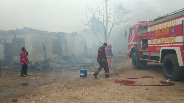 Sebuah gudang yang diduga sebagai tempat penyimpanan minyak, ludes terbakar di kawasan Jalan Lingkar Barat