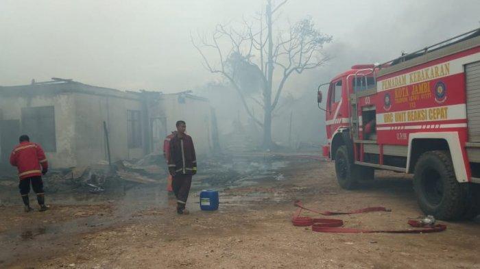 Sebuah gudang yang diduga sebagai tempat penyimpanan minyak, ludes terbakar di kawasan Jalan Lingkar Barat, Kelurahan Mayang Mangurai, Kecamatan Alam Barajo, Kota Jambi, Senin (26/10/2020).