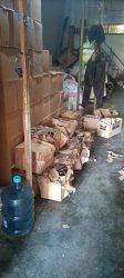 Sebuah toko yang kesehariannya menjual sembako digerebek oleh tim dari Satpol PP Kabupaten Bungo, TNI, Polri dan Kejaksaan Bungo. Sabtu (24/7) malam.