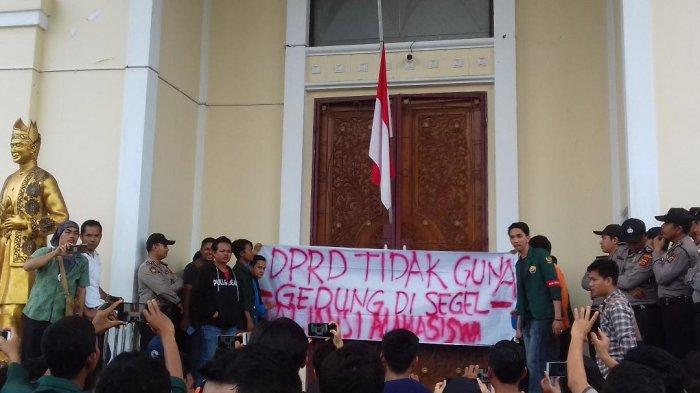 Sebut Pemilu Berdarah dan Paling Bobrok, Mahasiswa di Jambi Kibarkan Bendera Setengah Tiang