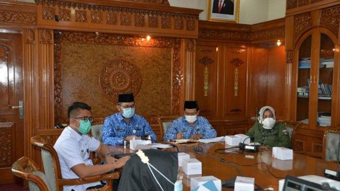 Sekretaris Daerah Provinsi Jambi, H Sudirman, SH MH menghadiri rapat pencegahan korupsi BUMD Provinsi Jambi bersama KPK secara virtual, Rabu (17/3/2021).